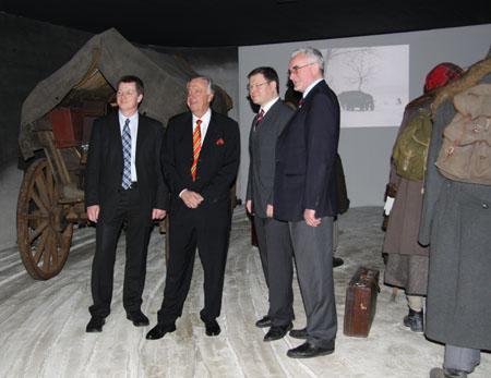 Staatsminister Neumann vor Fluchtinszenierung