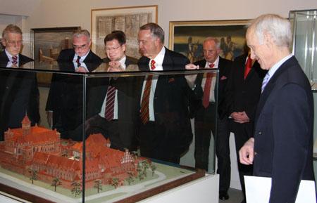Staatsminister Neumann vor einem Modell der Marienburg