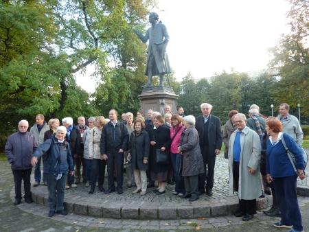 Die Reisegruppe am Kant Denkmal