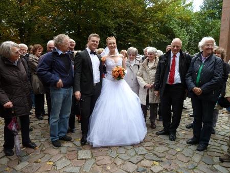 Ein russisches Hochzeitpaar mit den Teilnehmern der Reise