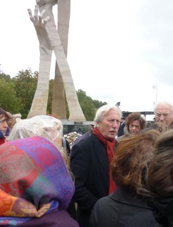 Mit Arno Surminski an der Gedenkstätte der Opfer des Massakers von Palmicken
