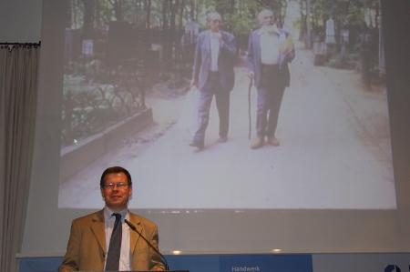 Dr. Mähnert, Direktor des OL, eröffnete die Veranstaltung. Im Hintergrund Heinrich Böll und Lew Kopelew.