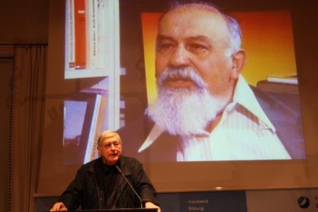 Klaus Bednarz während seines Vortrags. Im Hintergrund: Lew Kopelew.