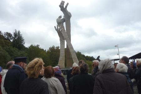 Das Holocaustdenkmal in Palmnicken: gen Himmel ausgestreckte Hände des Künstlers und Überlebenden Frank Meisler, eingeweiht am 31. Januar 2011