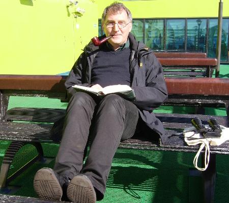 Dr. C. Hinkelmann mit Reiselektüre während der Fährfahrt