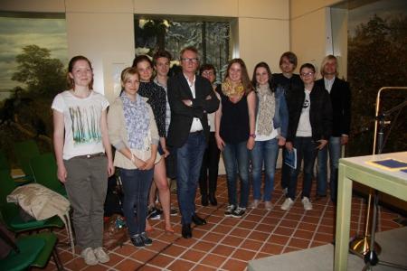 Lars Brandt, zweiter von drei Söhnen des berühmten Politikers, hielt Mitte Mai im OL eine Lesung. Diese Schülerinnen und Schüler der Wilhelm-Raabe-Schule waren zu Gast, um sich auf die Studienreise vorzubereiten.