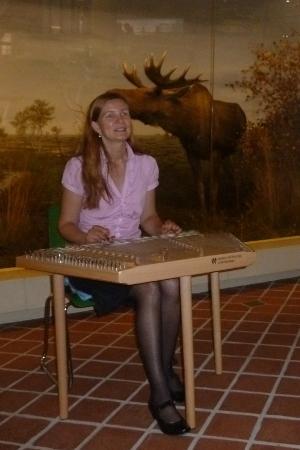 Lena Buko an ihrem Zimbal im Ostpreußischen Landesmuseum
