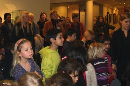 Neugierige Gesichter bei der Ausstellungseröffnung
