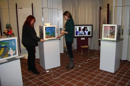Die Ausstellungsboxen werden montiert