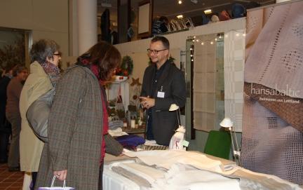 Angeregte Gespräche zwischen Besuchern und Aussteller Jörg Jatho