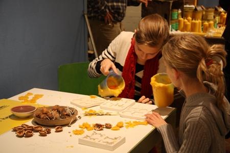 Kinder haben Spaß beim Herstellen eigener Kerzen