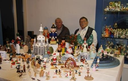 Sammler Johannes Martin mit Bekanntem vor seinen Ausstellungsstücken