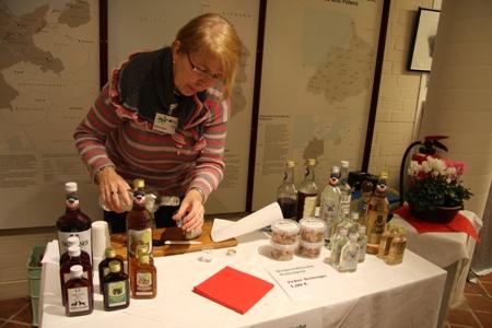 Frau Meier beim Zubereiten der Pikaller