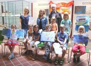 """Abschlusspräsentation: Die Kinder des Museumskinderclubs stellen ihre Bildergeschichten vor. Dr. Muthhardt Hackbarth will mit """"Netzwerk Leseförderung"""" das Lese-Interesse bei Kindern fördern."""