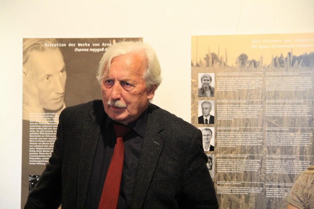 Arno Surminski vor der Ausstellung