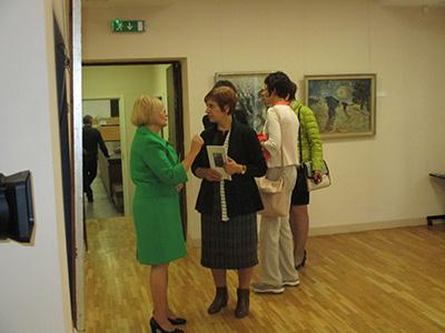 Besucher bei der Ausstellungseröffnung in der Galerie_Domsaitis