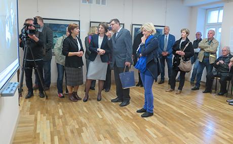 Dr. Jörn Barfod vom Ostpreußischen Landesmuseum eröffnet die Ausstellung in der Domsaitis Galerie
