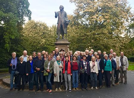 Reisegruppe vor dem Kantdenkmal in Kaliningrad