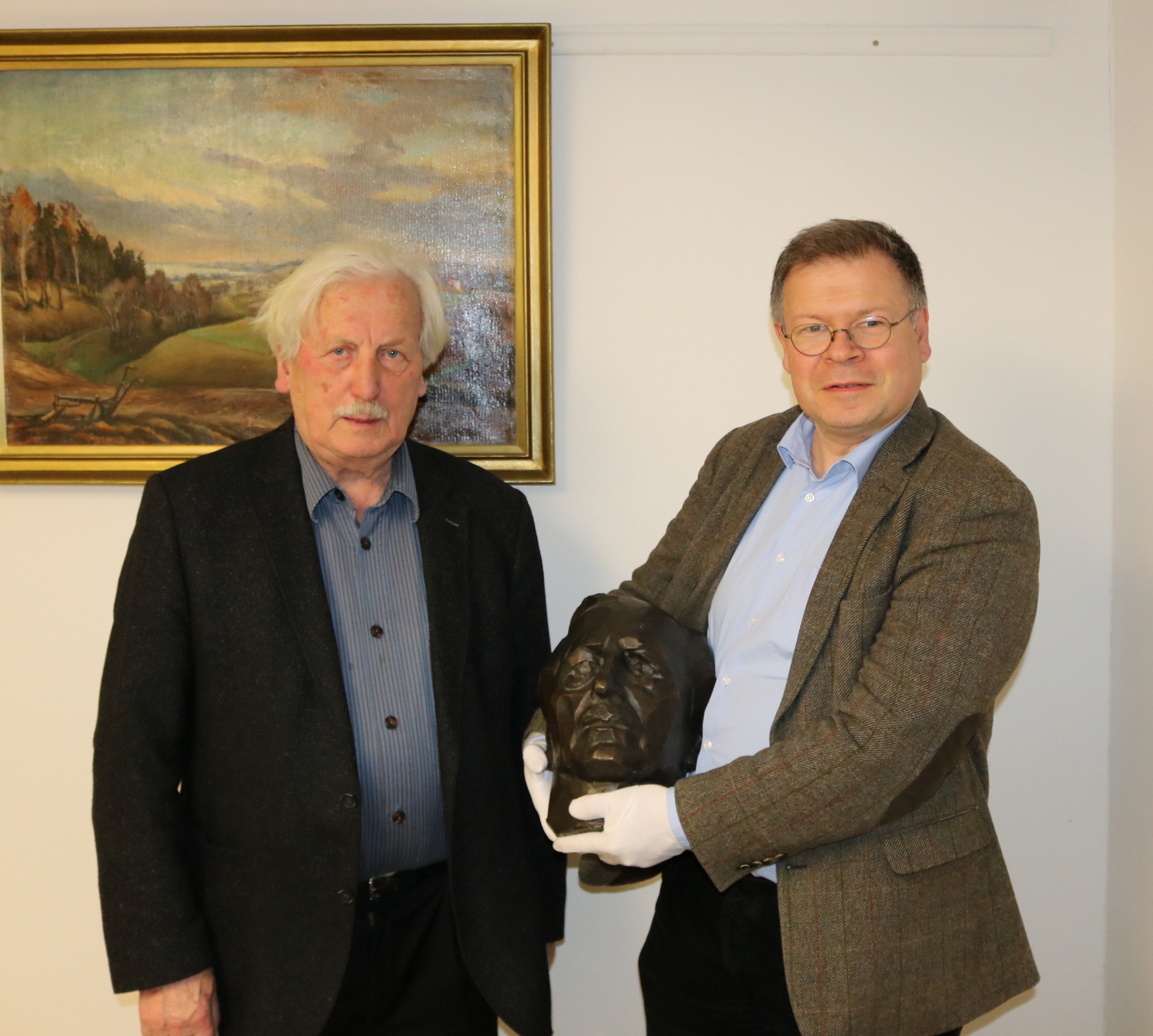 Arno Surminski überreicht die Büste unserem Museumsdirektor Dr. Joachim Mähnert