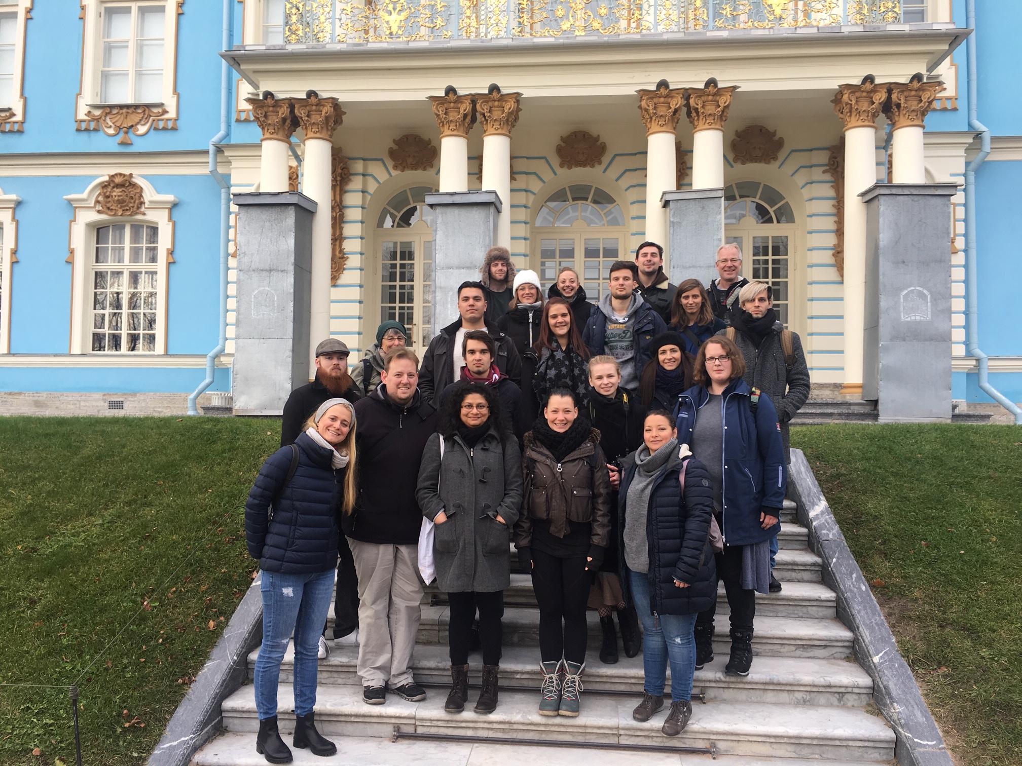 1. Unsere Gruppe vor dem Katharinenpalast, wo sich das rekonstruierte Bernsteinzimmer befindet.