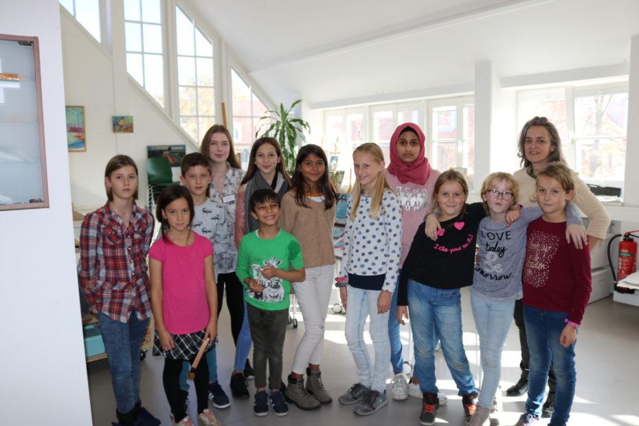 Die teilnehmenden Kinder des Herbstferienprogramms mit ihren Leiterinnen.