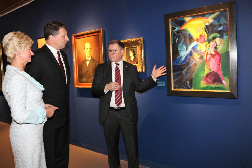 Der Lettische Staatspräsident und seine Frau sowie Museumsdirektor Dr. Joachim Mähnert in der Deutschbaltischen Abteilung