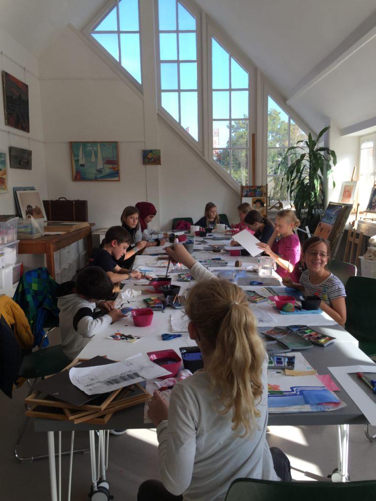 Die Kinder bei der Aquarellmalerei.