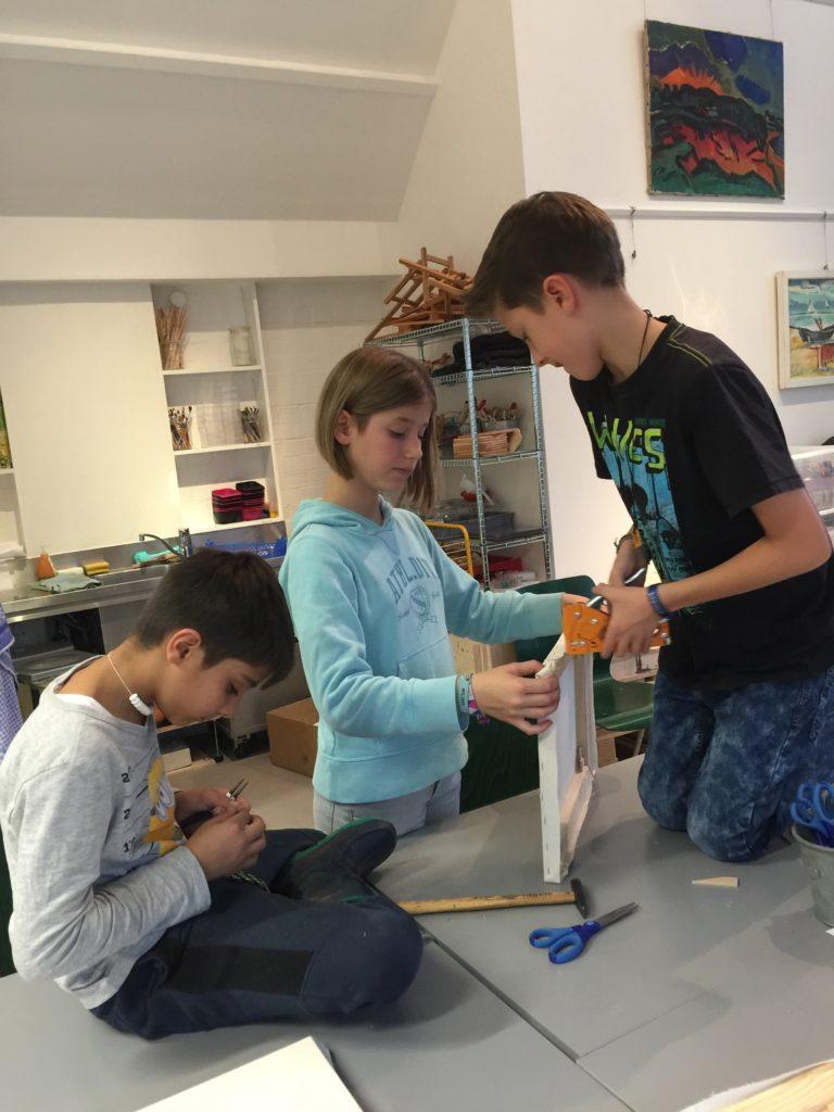 Harte Arbeit: Die Kinder bauen ihre Leinwand.