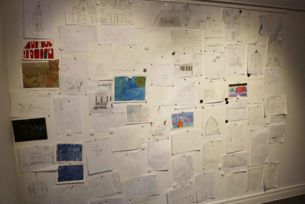 Die Skizzen und einige Aquarellbilder an der Magnetwand in der Ausstellung.