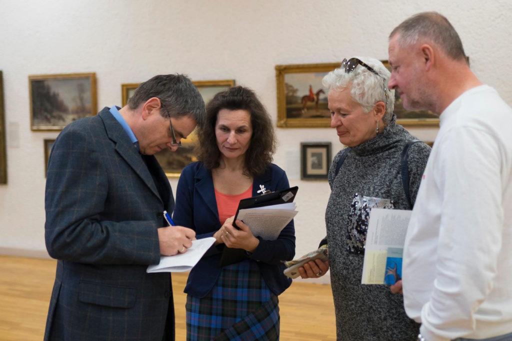 Unser Kustos Dr. Jörn Barfod im Gespräch mit den litauischen Kollegen und Gästen