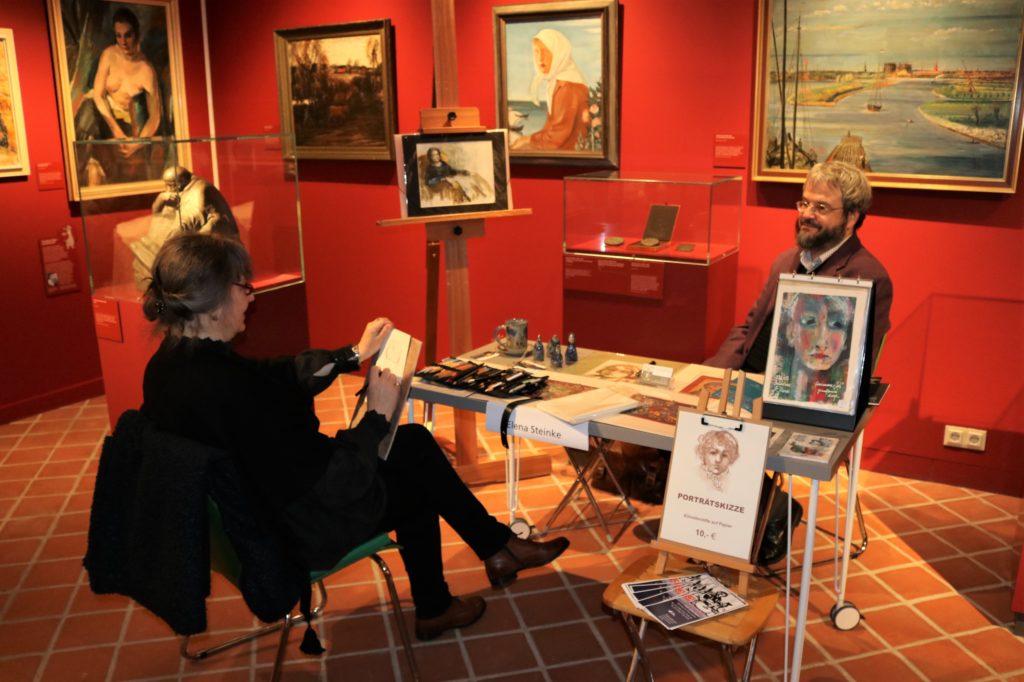 Elena Steinke porträtiert einen Besucher.