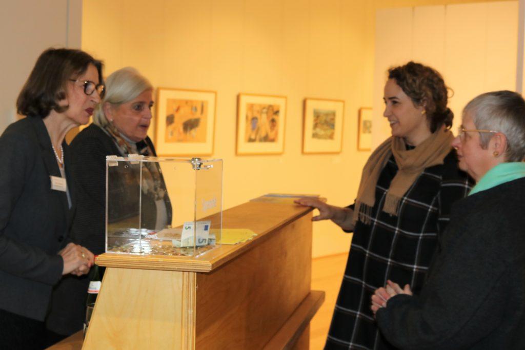 Ehrenamtliche des Museums bieten Erfrischungen